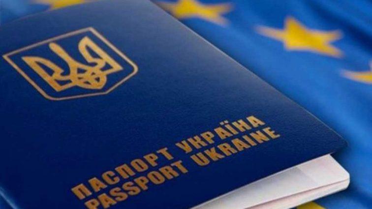 Наглости нет предела! Киевлянке сначала выдали бракованный биометрический паспорт, а потом еще и предложили доплатить 300 гривен за его замену