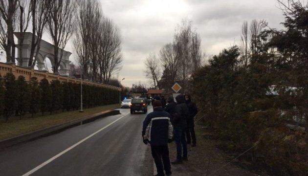 Сторонники Саакашвили приехали в имение Порошенко. Что же там происходит?