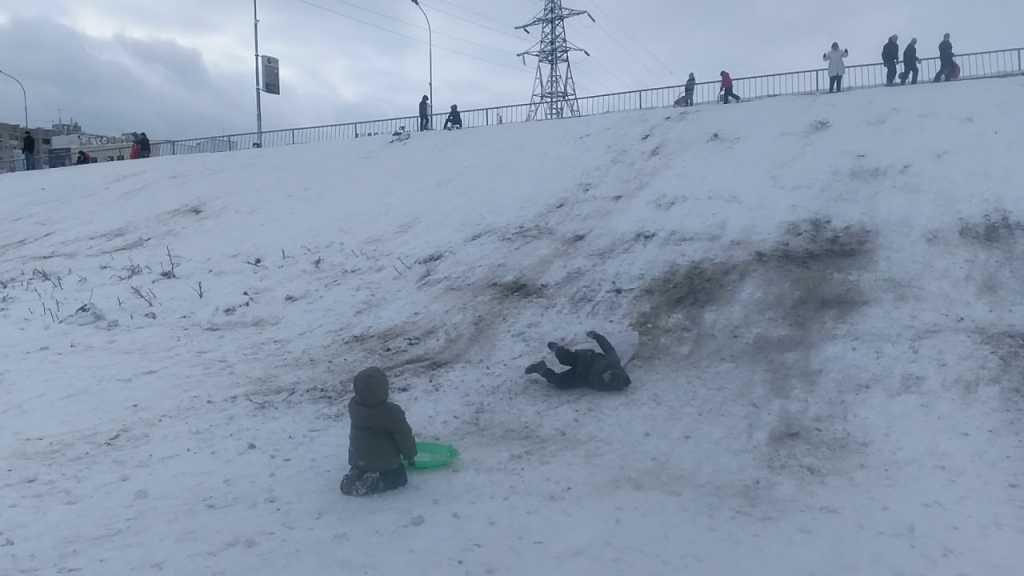 «Смертельные развлечения»: 10-летняя девочка съехала с горки прямо под колеса автомобиля