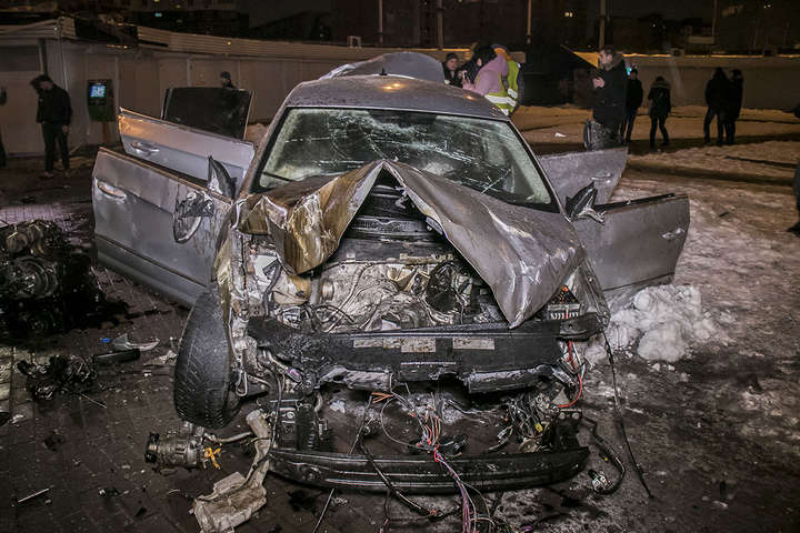 «Поднимает голову, а там машина»: В результате жуткого ДТП авто вылетело с дороги и упало в подземку с людьми (ВИДЕО)