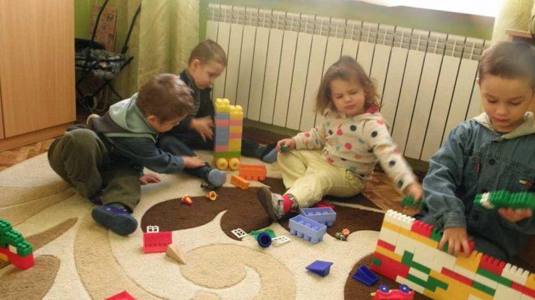 «Не видно даже нижнего белья»: Родители детей рассказали шокирующие детали скандала в детском саду в Запорожье