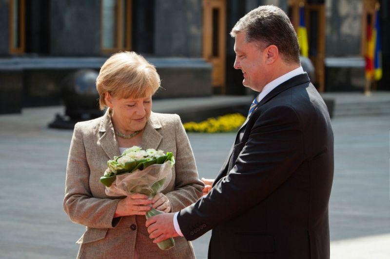 «Состоится также контакт»: Стали известны первые подробности разговора Порошенко и Меркель