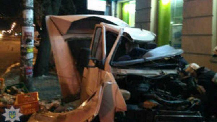 Mercedes зажало между деревом и банком: Смертельное ДТП в Ровно, загирув молодой парень