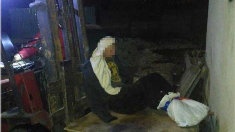 В ледовом плену: в Одессе человек примерз к крыше дома