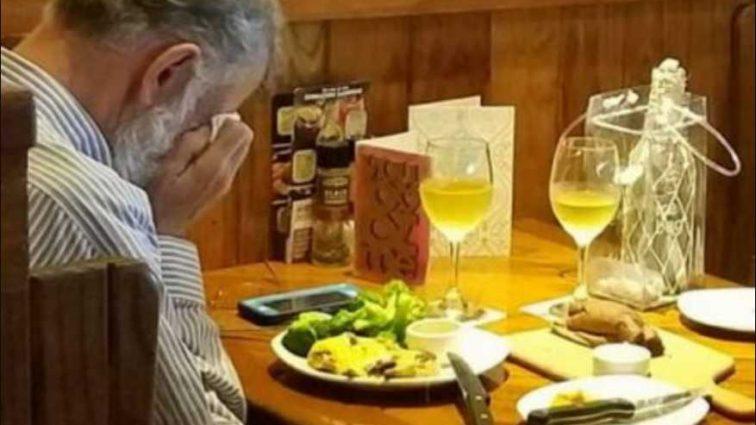 В День всех влюбленных: Мужчина ужинал перед похоронной урной умершей жены