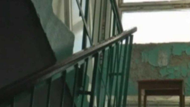 «В квартире пахнет сыростью, появился грибок»: Жители запорожской пятиэтажки живут практически без крыши