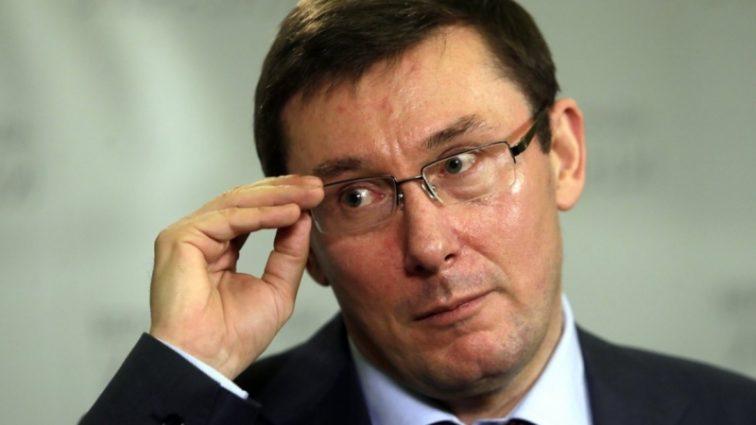 «Он выскочил с топором и …»: Юрий Луценко напал на пикетчиков своего дома