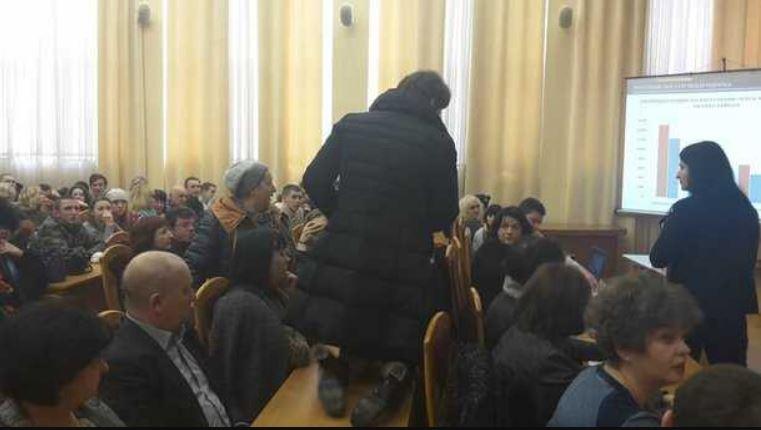 Громкий скандал в Киеве: Почему во время сессии депутат ползала на коленях