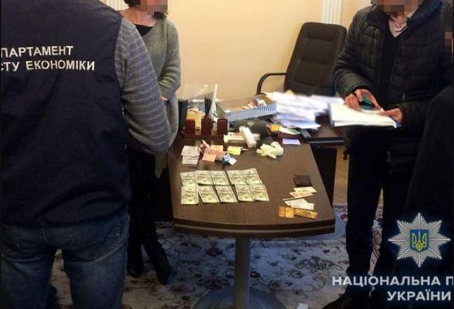 «Нашли часть полученной суммы в суде»: Родственников-взяточников поймали с поличным