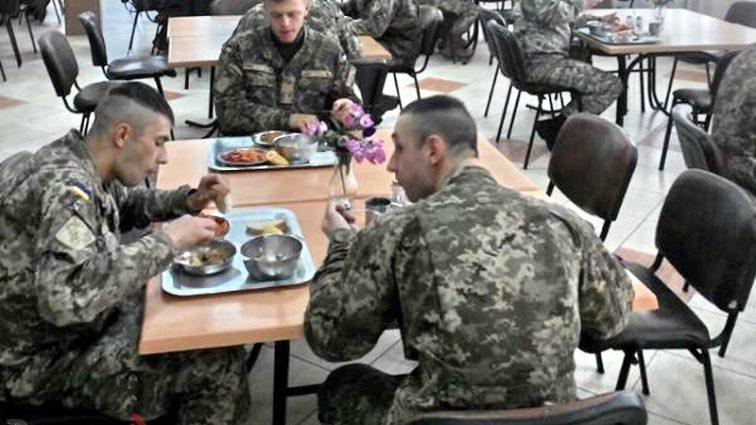 «Что это за гадость?!»: Вокруг обедов военных разворачивается настоящий скандал