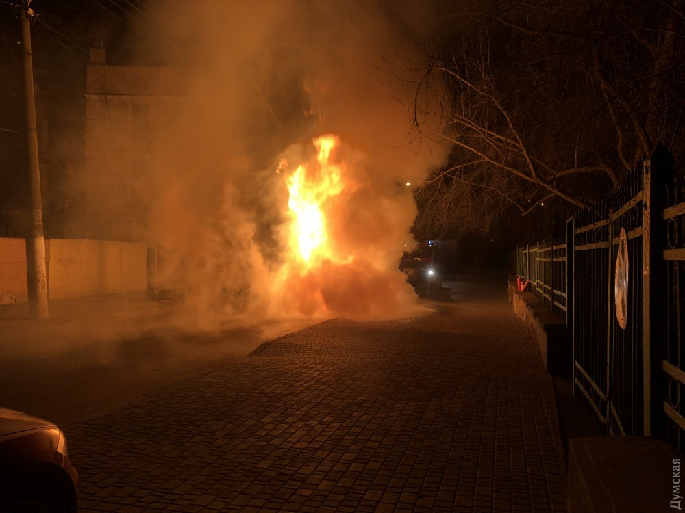 От авто остался только каркас: В Одессе подожгли машину депутата от БПП (ВИДЕО)