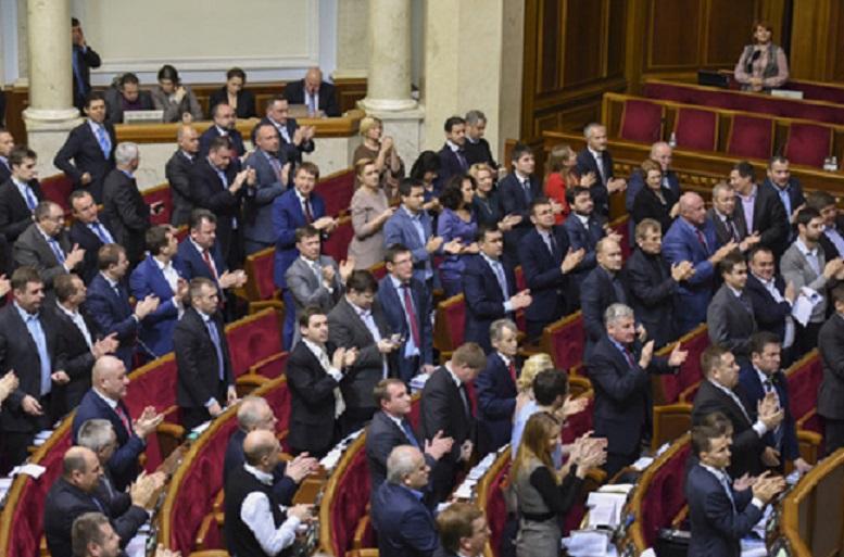 Запретили оружие, но разрешили пьянки: Депутаты определились, с чем можно заходить в ВР