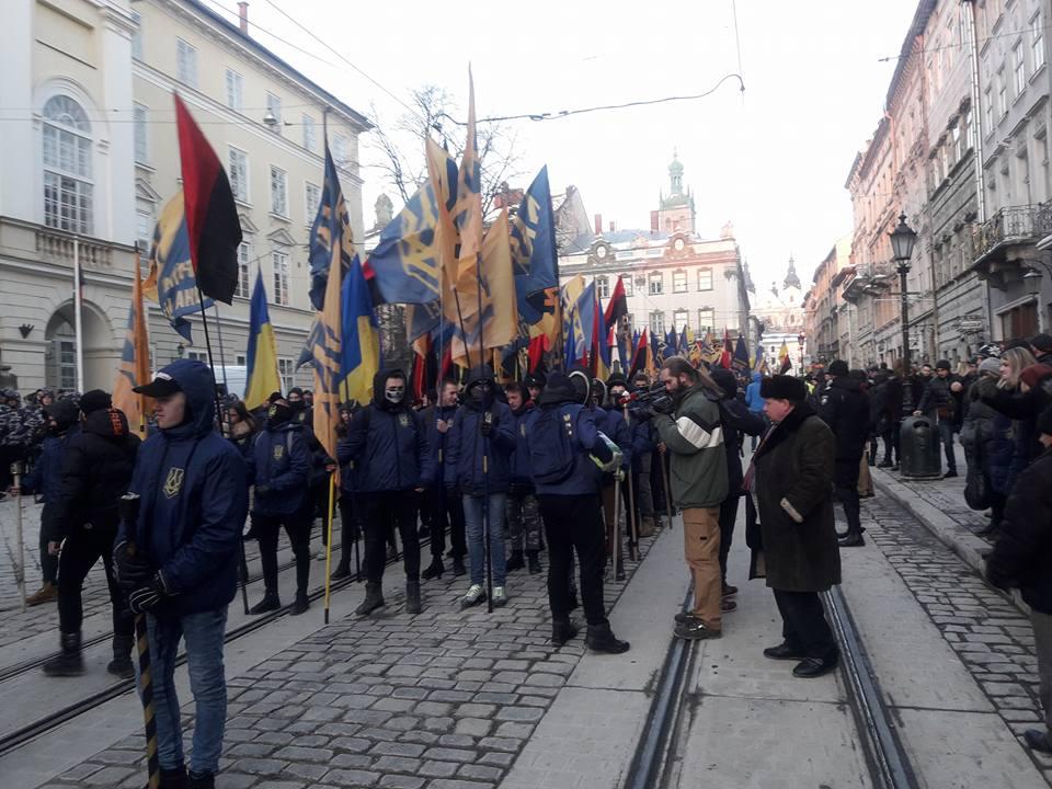 Столб позора и большое количество активистов: Что происходит во Львове прямо сейчас