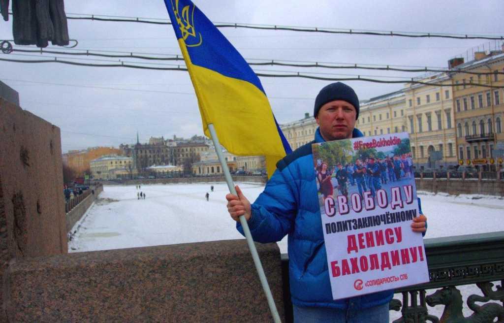 В Петербурге напали на активиста, который вышелна одиночный пикет с украинским флагом