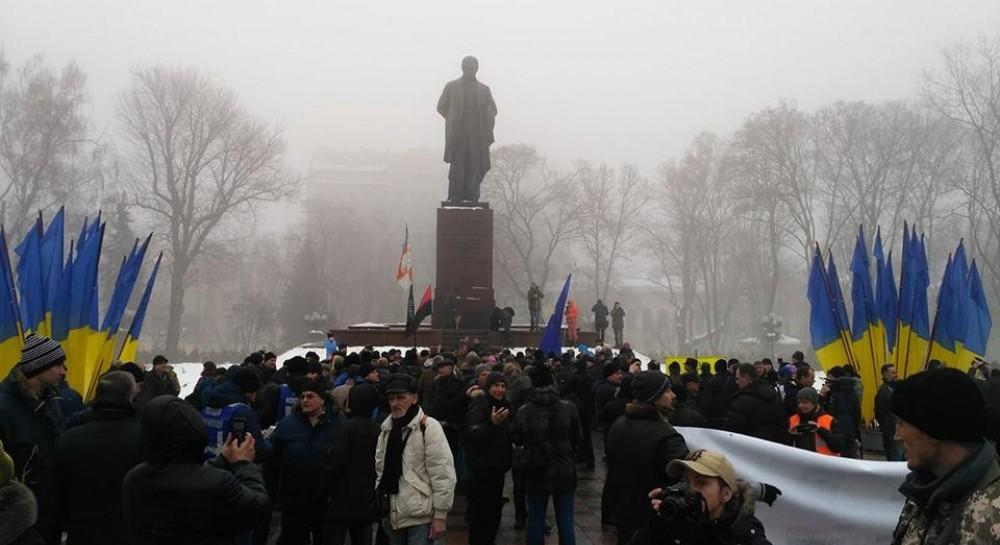 «Что происходит?»: Протестующие прорвались к памятнику Шевченко в столице