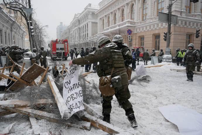 «Атаковали несколько сотен сразу ..»: Палаточный городок, который был под стенами парламента полностью зачищен