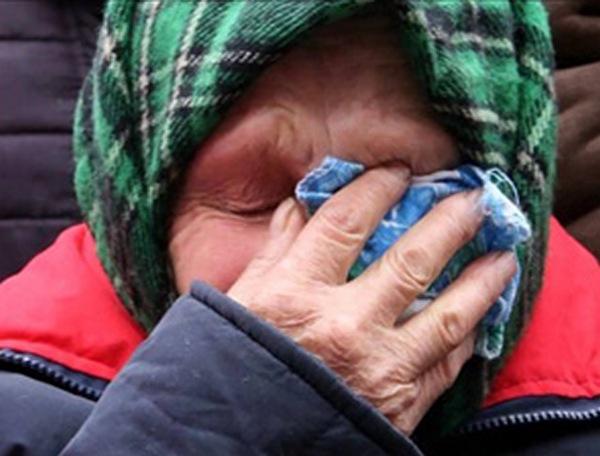 «Они не прикрутили»: Пенсионерку с внуком выбросили из собственного жилья за долги