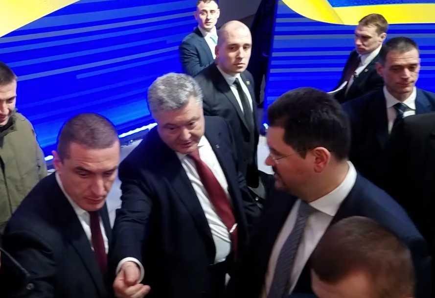 «Стоп. Мне это не нравится, прекратите, пожалуйста, это делать»: Что происходило после пресс конференции Порошенко. Почему журналистка в ярости