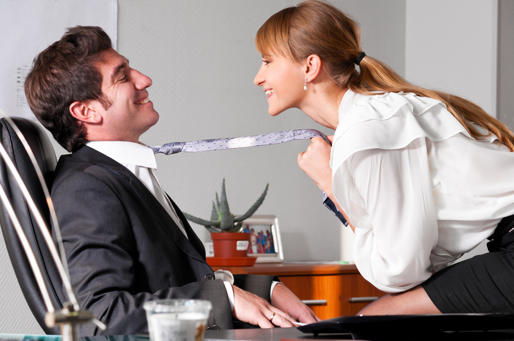 «Сразу после рабочего совещания»: Начальник занялся любовью с подопечной в своем кабинете