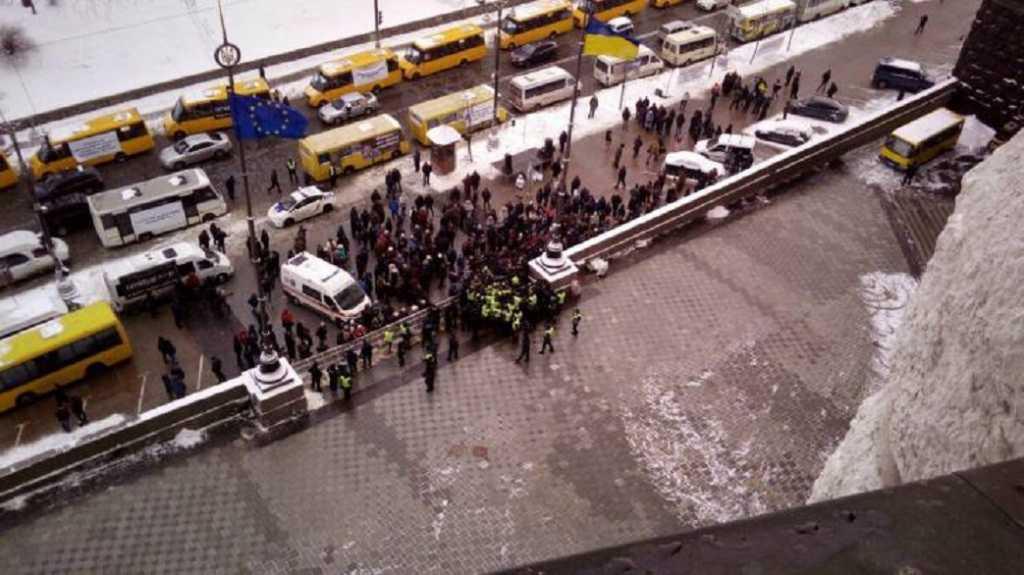 «Пытаются прорвать кордон полиции»: Под Кабмином уже сотни людей с транспарантами. Что происходит прямо сейчас