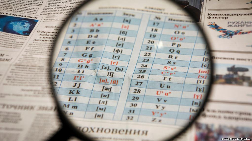 «Может сразу тогда клинопись введете?»: Украинцев возмутило заявление о переходе с кирилицына латиницу