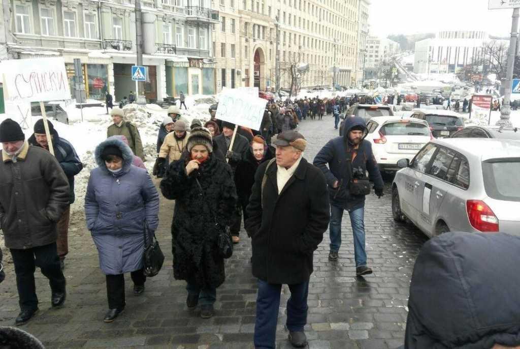 Тонны разлитого молока, свиньи и протестующие: Что происходит под стенами Кабмина