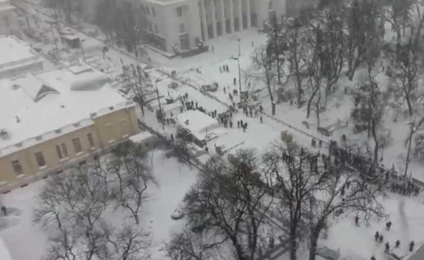 «Порошенко дал команду на зачистку …»: Митингующие готовы защищаться. Что происходит под Верховной Радой