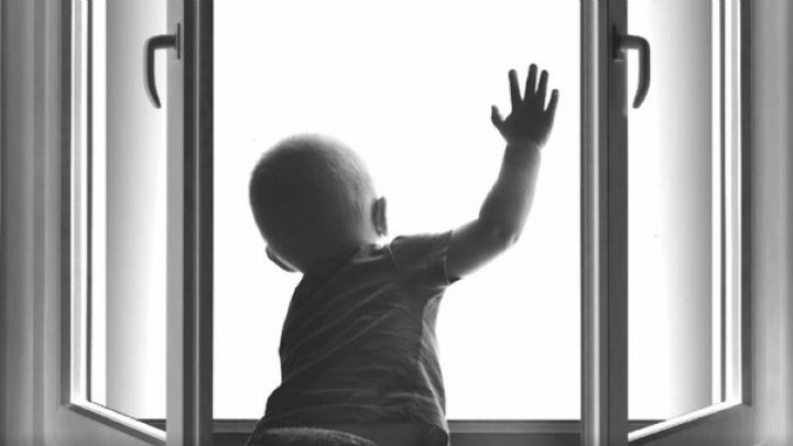 «Пролетел 6 этажей и …»: Полугодовой ребенок выпал из окна многоэтажки