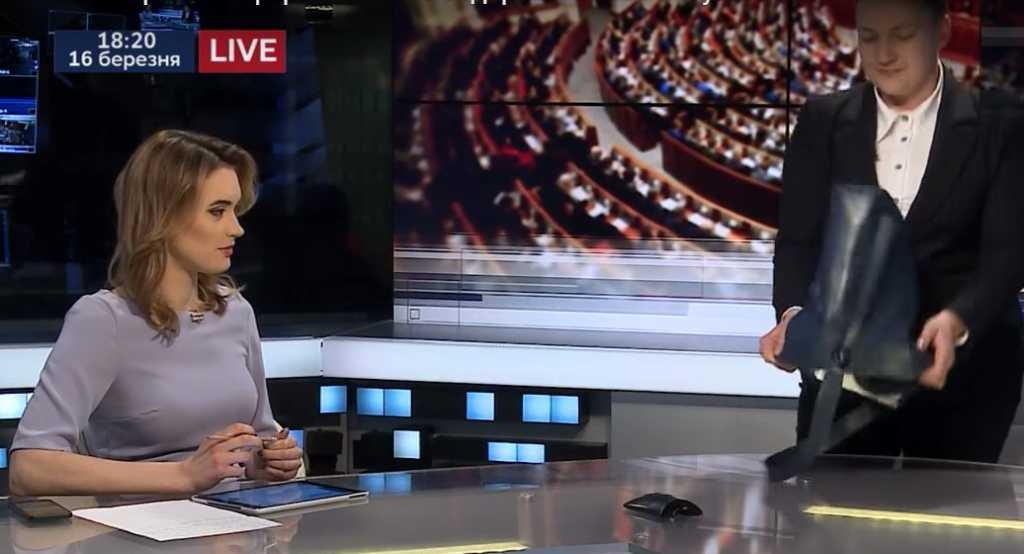 «Еще раз убедились в том, что…»: Савченко в прямом эфире вывалила на стол содержимое своей сумки