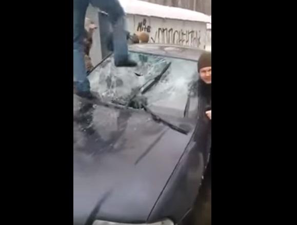 «На одного толпой»: В Сети появилось видео издевательств активистов над «титушками», которые избили нардепа Левченко