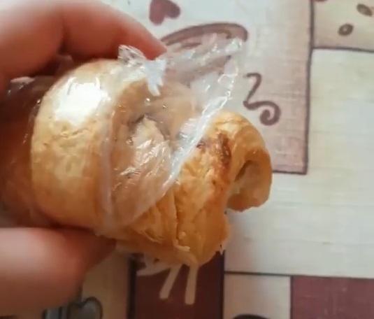 «Купили круассанов на завтрак, ребенок откусил кусочек, а там такое …»: Сеть взорвала страшная находка в еде