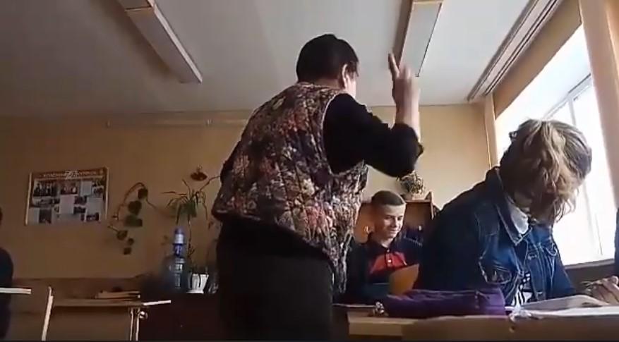 «Эта с*ка работает и продолжает издеваться над детьми»: Сеть потряс видеоролик, на котором учительница жестоко унижает детей