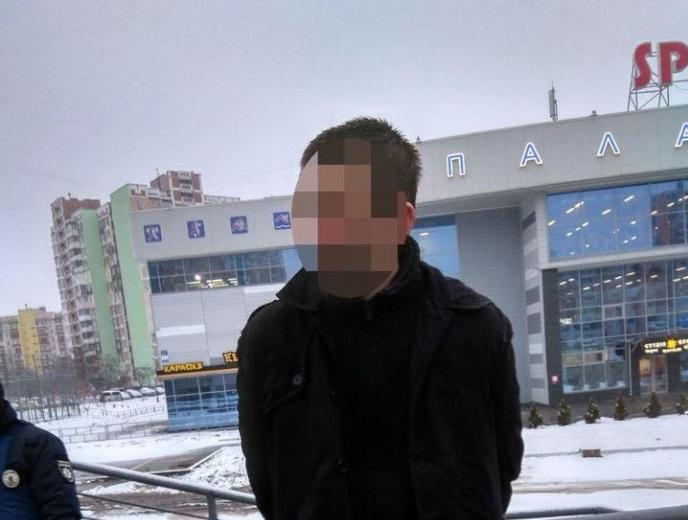 В Киеве мужчина бросил гранату в патрульных авто прошило осколками