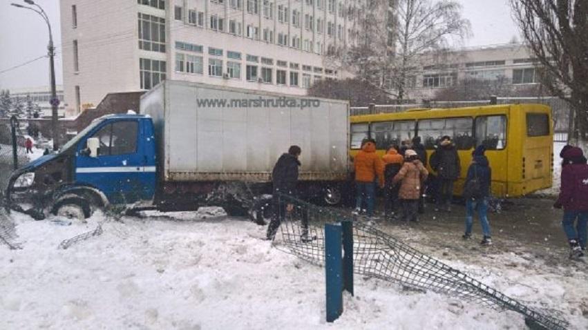 Масштабное ДТП в Киевской области: Столкнулись маршрутка, такси и грузовик.