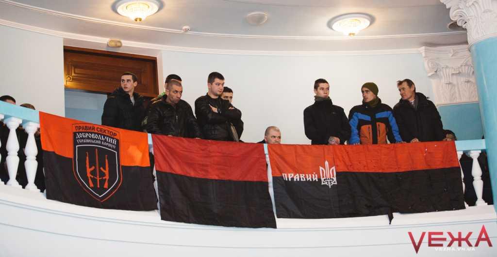 «Тусуйся отсюда, громадянин, бл*дь»: Украинский депутат набросился на активиста из-за красно-черного флага