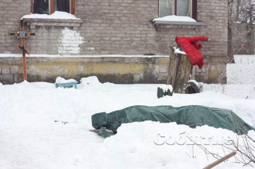 Не хватает денег похоронить: Во дворе жилого дома уже неделю стоит гроб с телом покойницы