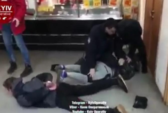 «Началось все из девушек, а успокаивали 4 наряды полиции»: В Киеве подростки устроили массовую драку в магазине