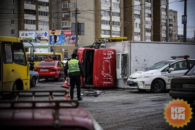 «Внутри было много людей»: В столице трамвай врезался в грузовик