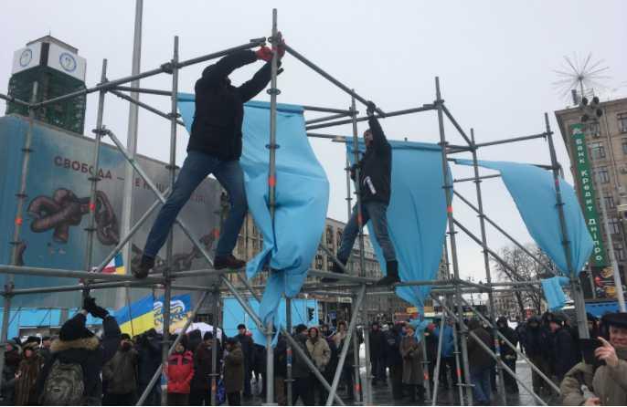 «Повалили конструкции- повалим и Порошенко»: Сторонники Саакашвили устроили погром на Майдане