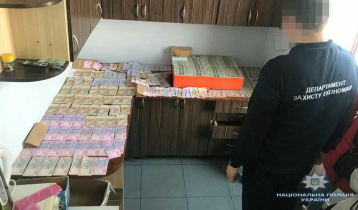 «Поймали на горячем»: Во Львове задержали супругов взяточников