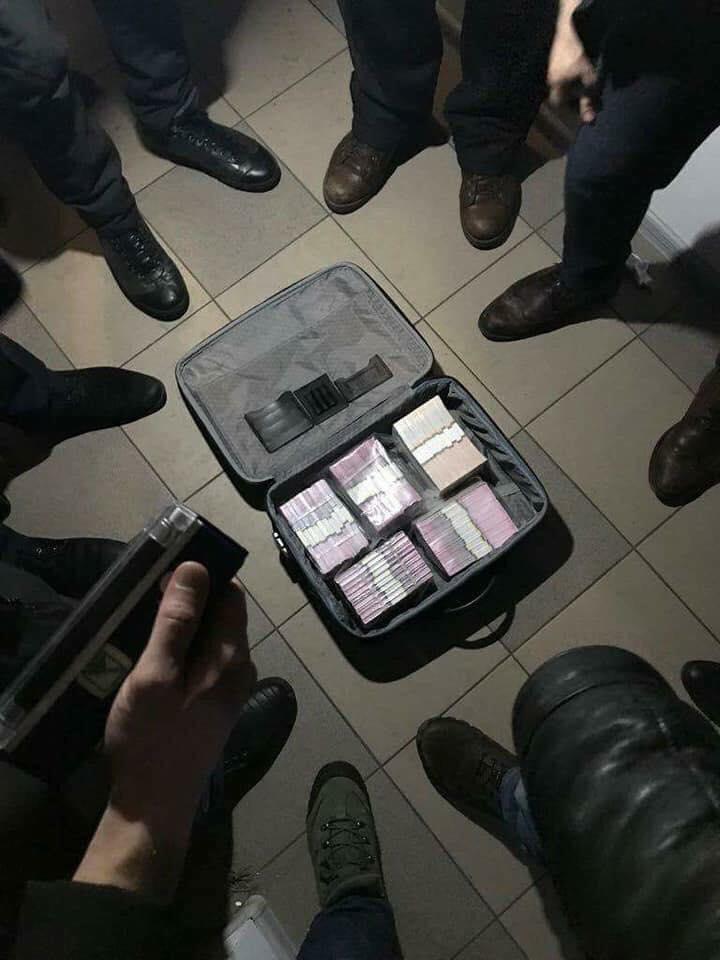 «Чемодан с 1,3млн грн»: Чиновников-взяточников задержали на Киевщине