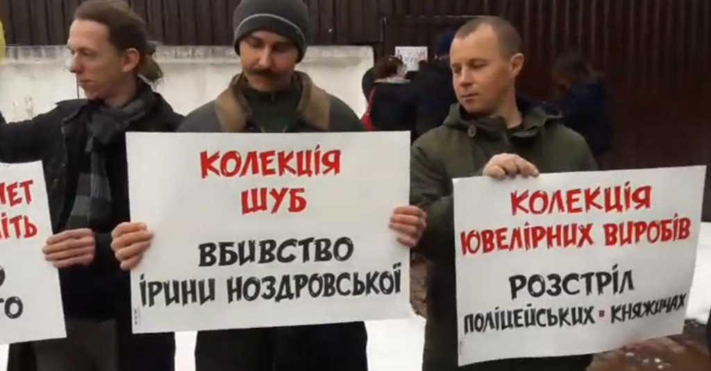 Уже собрались более сотни людей: Что происходит под домом министра внутренних дел Арсена Авакова
