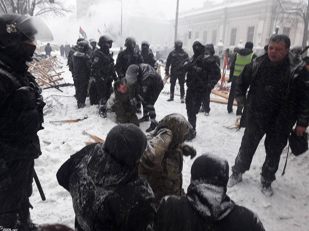 «Большая колонна задержанных и лица залитые кровью …»: Появились первые кадры зачистки палаточного городка и столкновений