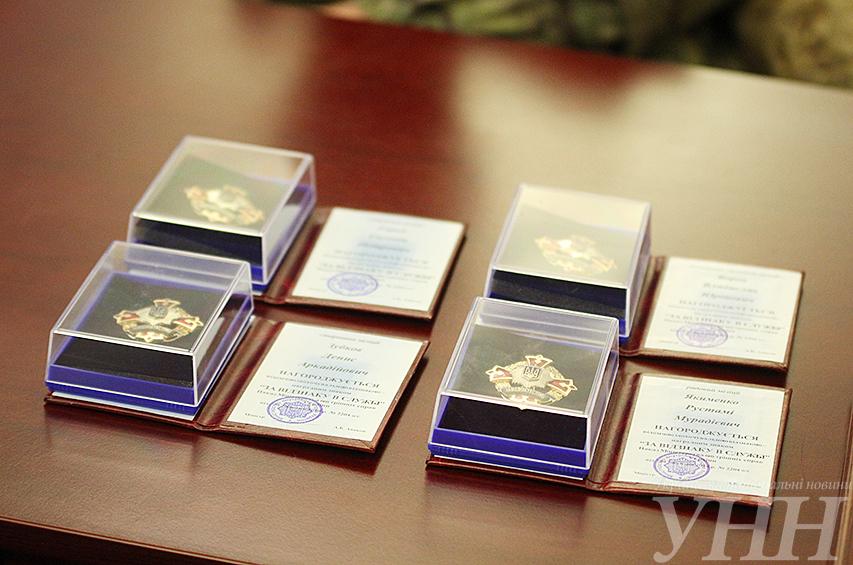 «Не нужны награды от человека, который позволяет…»: АТОвцы вернули Президенту свои ордена