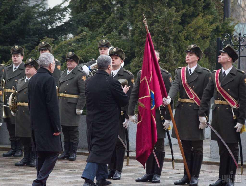 «Я не мог там двигаться …»: Солдат почетного караула признался о том, как Порошенко надел ему шапку