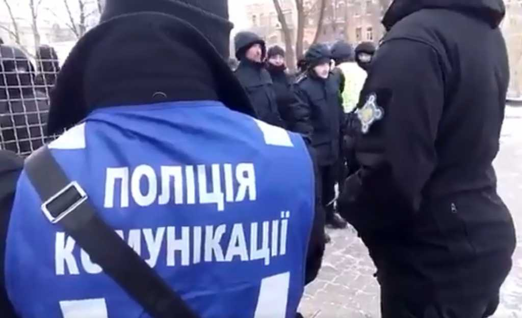 «Сотни активистов, полиция уже перекрывает дороги»: Что происходит под в Киеве прямо сейчас