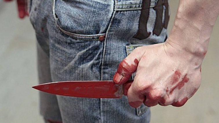 «Сначала бил иконой, а потом и ножом»: Мужчина напал на свою жену