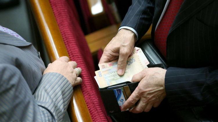 «Привалило на карточку куча бабла …»: Нардепы на руки получать 30 000 гривен