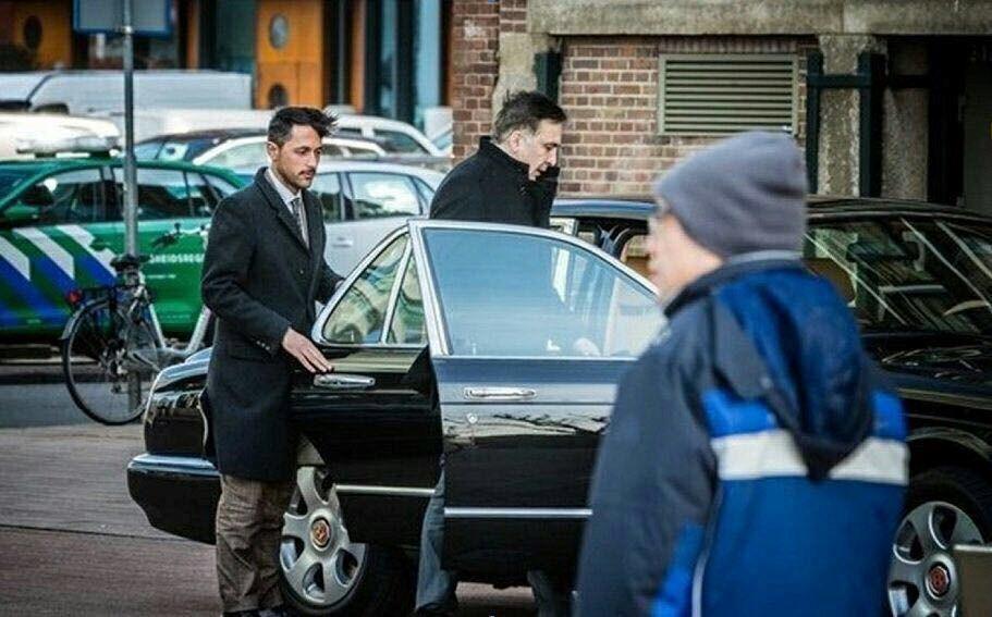 Поймали на горячем: Вместо обещанных трамваев Саакашвили разъезжает Нидерландами на «Бентли»