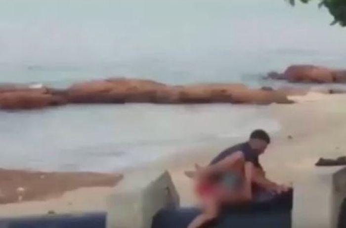 «Продолжался не более трех минут, а затем их прогнали криками»: Страстная парочка подверглась порыву прямо на пляже